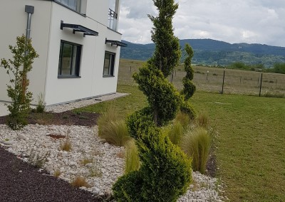 Entretien du jardin d'un bâtiment d'entreprises à Château-Gaillard